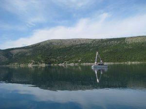 """Vransko jezero na Cresu i istraživačka platforma """"Q2"""" za uzorkovanje jezerskih sedimenata."""