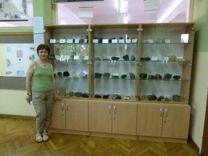 Profesorica Renata Glasnović Skenderović pored postavljene zbirke