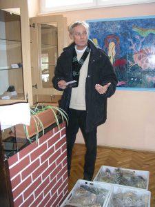 Kolega Mirko Belak uz stručnu raspravu pomno namješta svaki pojedini izložak.