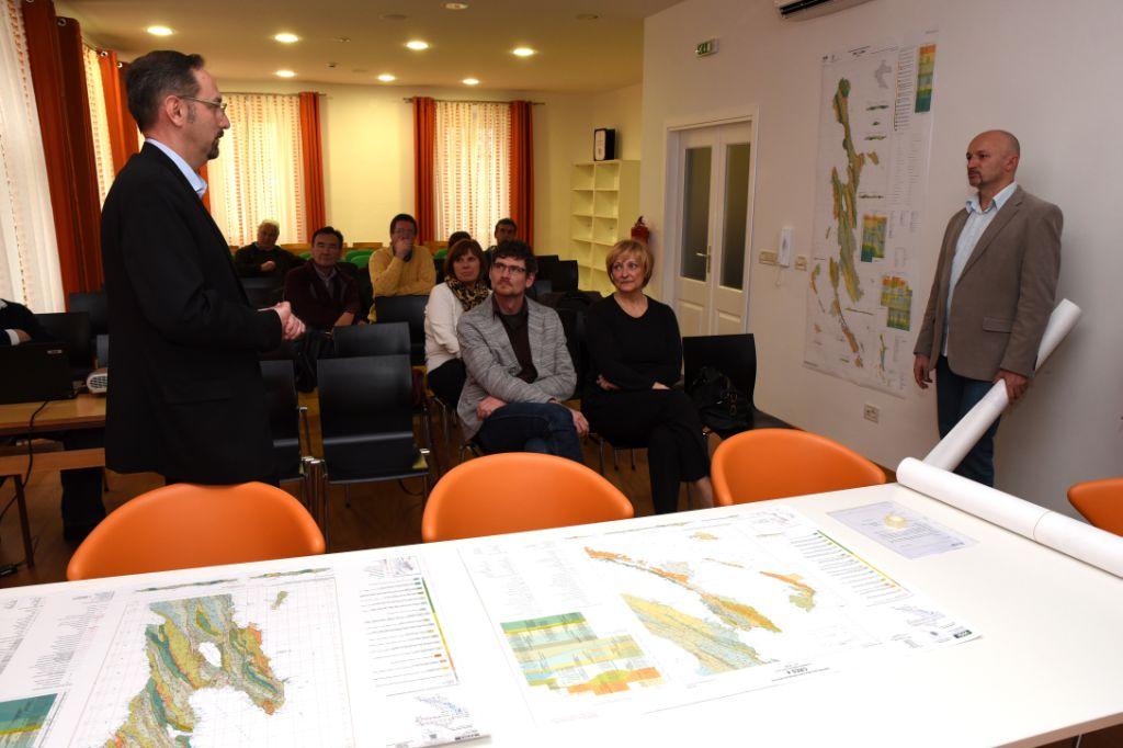 Gradonačelnik grada Cresa g. Kristijan Jurjako pozdravlja nazočne na prezentaciji u prostorima Zajednice Talijana Cresa