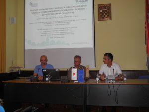 Ladislav Fuček, stručni savjetnik (u sredini, voditelj HGI tima za Zadarsku županiju) i dr. sc. Tvrtko Korbar, viši znanstveni suradnik (lijevo, voditelj RoofOfRock HGI tima), te dr. sc. Miloš Bavec (voditelj projekta RoofOfRock, GeoZS)