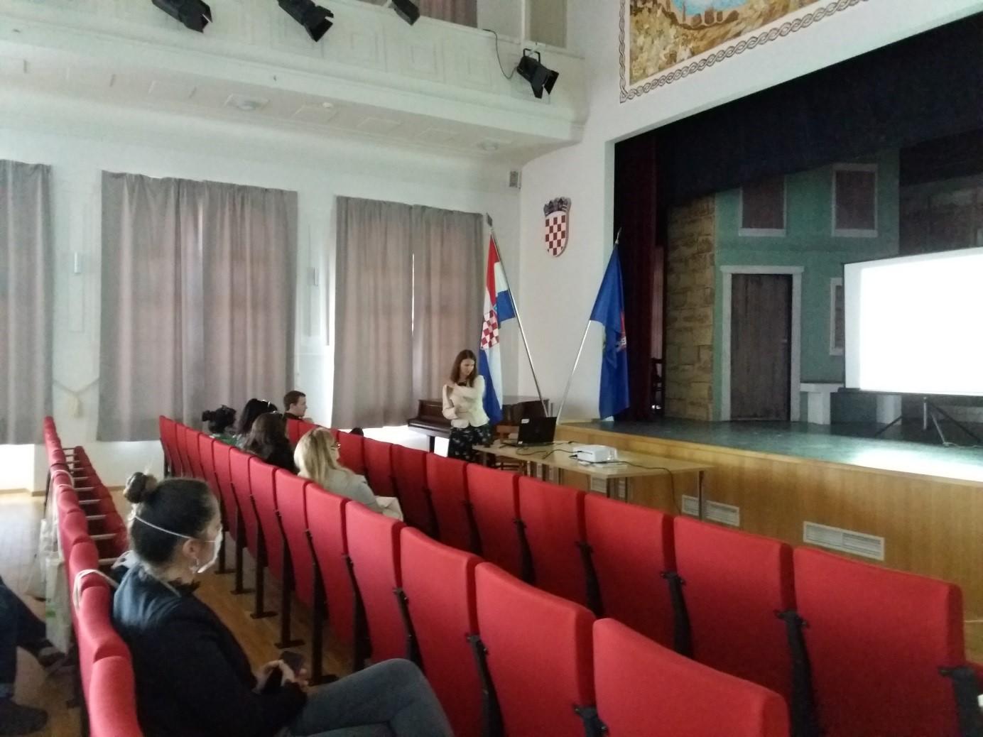 Staša Borović tijekom predavanja o rezultatima dosadašnjih istraživanja