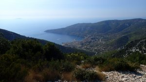 Pogled na Komižu s Huma (587 m n/v)