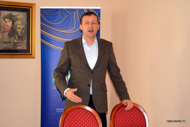 Dr.sc. Josip Terzić tijekom predavanja (izvor: Radio Delta)