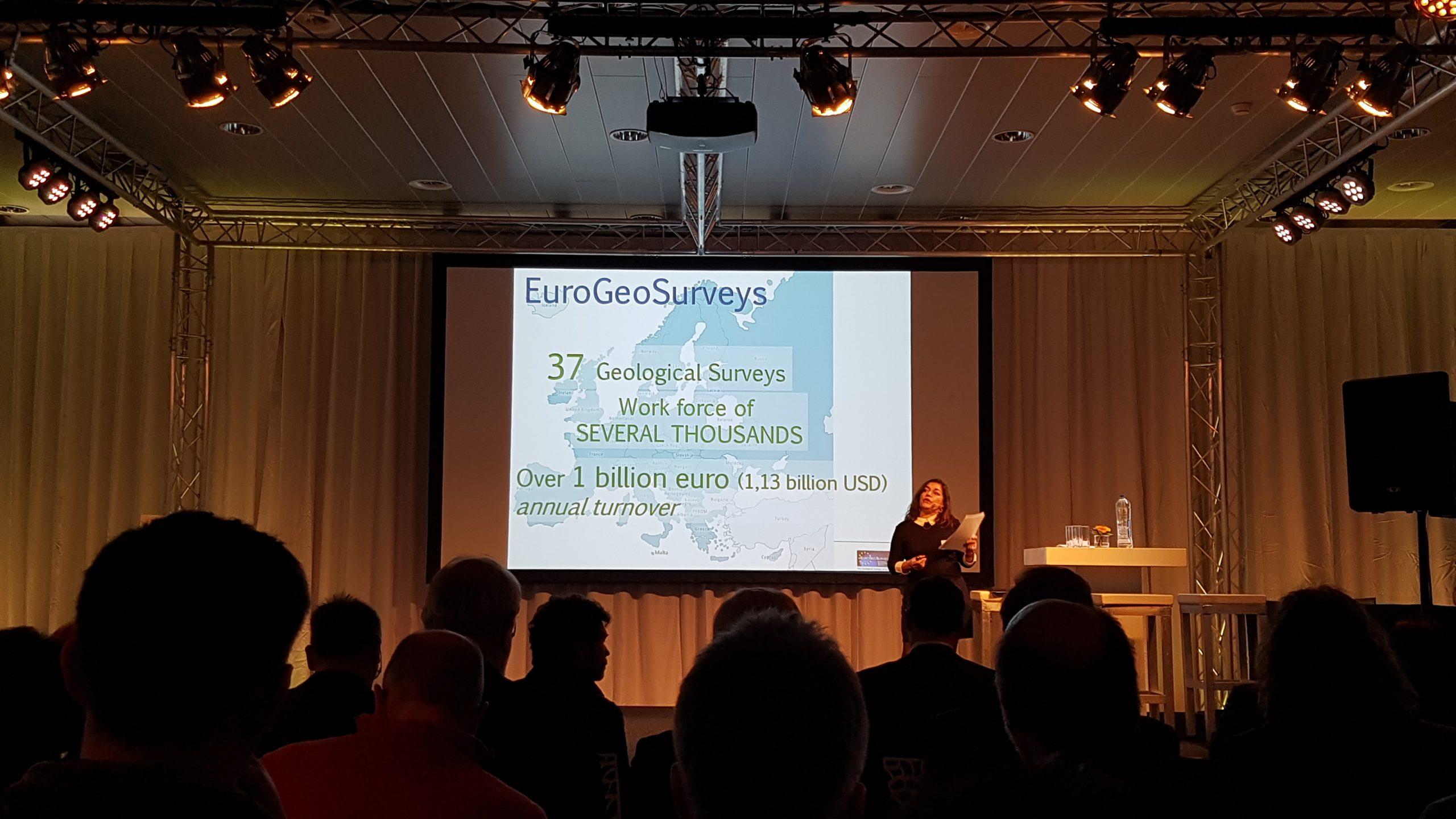 Slika 1. Gospođa Tereza Ponce de Leão, predsjednica Izvršnog odbora EuroGeoSurveys-a, u uvodnom govoru predstavlja projekt GeoERA.
